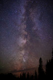 银河星和北极光在晚上 免版税库存照片