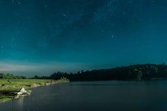 银河星系,与在水坝的夜空 免版税库存图片