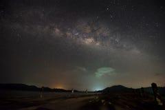 银河星系,与在水坝的夜空 库存照片