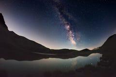 银河曲拱和满天星斗的天空在湖反射了在阿尔卑斯的高处 Fisheye风景畸变和180度视图 库存图片
