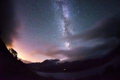 银河曲拱和满天星斗的天空在阿尔卑斯 Fisheye风景畸变和180度视图 免版税库存照片