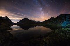 银河满天星斗的天空在湖反射了在阿尔卑斯的高处 Fisheye风景畸变和180度视图 免版税库存照片