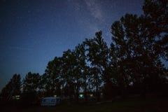 银河的星在夜空的在Th的一条高速公路 免版税库存照片