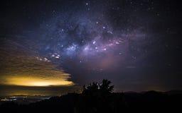银河观察从Sungai Lembing彭亨马来西亚在几乎无云的夜 免版税库存图片