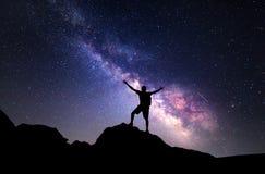 银河 一个人的夜空和剪影 免版税库存图片