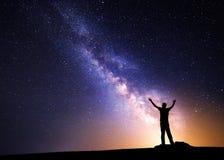 银河 一个人的夜空和剪影 免版税库存照片