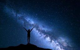银河 一个常设女孩的夜空和剪影 图库摄影