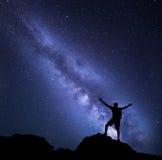 银河 与一个人的星和剪影的夜空 库存图片