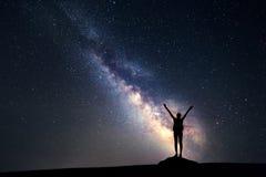 银河 与妇女的星和剪影的夜空 库存图片