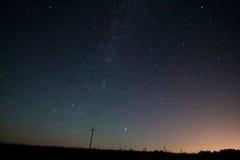 银河 与星的美丽的夏夜天空 免版税库存照片