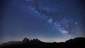 银河Timelapse在Alpe在白云岩的di Siusi,意大利的 股票录像