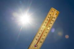 水银温度表夏天热太阳光 库存图片
