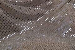 银灰色圆点闪光金属片的织品背景 免版税库存照片
