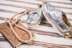 银穿上鞋子意大利人鞋子妇女 免版税库存照片
