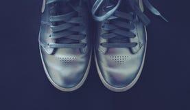 银穿上鞋子运动鞋鞋带 库存照片