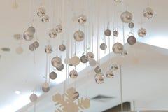 银色中看不中用的物品从与雪花的天花板垂悬为装饰 库存照片