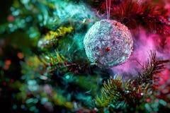 银色发光的装饰圣诞节球 库存照片
