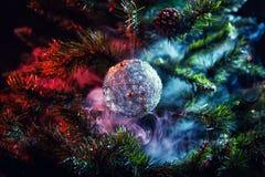 银色发光的装饰圣诞节球 库存图片
