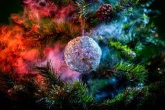 银色发光的装饰圣诞节球 免版税库存图片