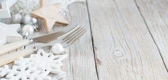 银色和奶油色圣诞节表设置 库存照片