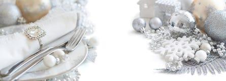 银色和奶油色圣诞节表设置 库存图片