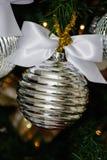 银色和白色圣诞节树装饰 免版税库存图片