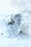银色和白色圣诞节装饰品 免版税图库摄影