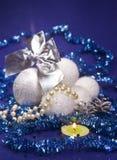 银色和白色蓬松美丽的新年` s球,精采闪亮金属片,锋利的小深度 免版税库存图片