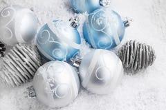 银色和蓝色圣诞节球装饰 图库摄影