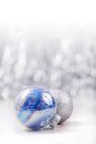 银色和蓝色圣诞节装饰在闪烁bokeh背景的球与文本的空间 Xmas和新年好 库存图片
