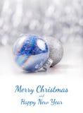 银色和蓝色圣诞节装饰在闪烁bokeh背景的球与文本的空间 Xmas和新年好 图库摄影