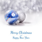 银色和蓝色圣诞节装饰在闪烁bokeh背景的球与文本的空间 Xmas和新年快乐卡片 免版税库存照片