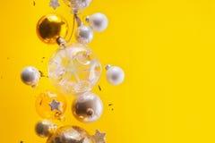 银色和金黄圣诞节泡影 免版税库存照片
