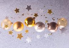 银色和金黄圣诞节泡影 库存图片