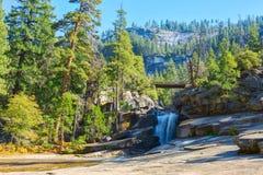 银色围裙是在优美的花岗岩的光滑的小瀑布,在内华达和春天秋天之间在晴朗的秋天早晨,优胜美地Nati 库存图片