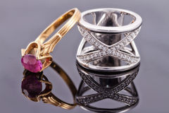 银色圆环和一只稀薄的金戒指与红宝石 免版税库存图片