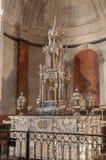 银色圣体匣在卡迪士大教堂里 图库摄影