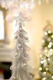 银色圣诞树、星和Bokeh 库存图片