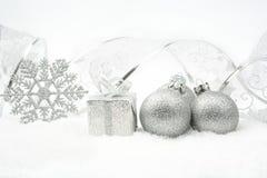 银色圣诞节中看不中用的物品,礼物,与银色丝带的雪花在s 免版税库存图片