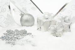 银色圣诞节中看不中用的物品,礼物,与银色丝带的雪花在s 免版税库存照片