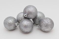 银色圣诞节玩具 免版税库存图片