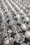 银色圣诞节球品种在清楚的透明塑料p的 免版税图库摄影