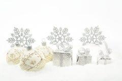 银色圣诞节礼物,在雪的中看不中用的物品丝带 免版税库存图片
