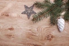 银色圣诞节装饰品和杉树在土气木背景分支 看板卡例证向量xmas 新年好 顶视图 免版税库存照片