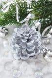 银色圣诞节装饰- c锥体蜡烛、球和分支  库存照片