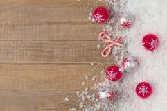 银色圣诞节雪花装饰品在土气木背景与室或空间的Snowbank拷贝、文本,或者您的词的 库存图片