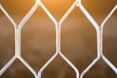 银色地板的格子的纹理,光穿过格子,金属格子的背景 库存照片