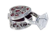银色复杂心脏箱子和金刚石定婚戒指 库存照片