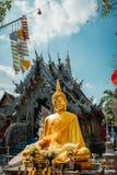 银色寺庙在清迈 外部看法 妇女不允许对词条寺庙 在银色寺庙之外的金黄菩萨 库存图片