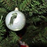 银色小珠被仿造的鸟 葡萄酒圣诞节在新年树背景戏弄 库存照片